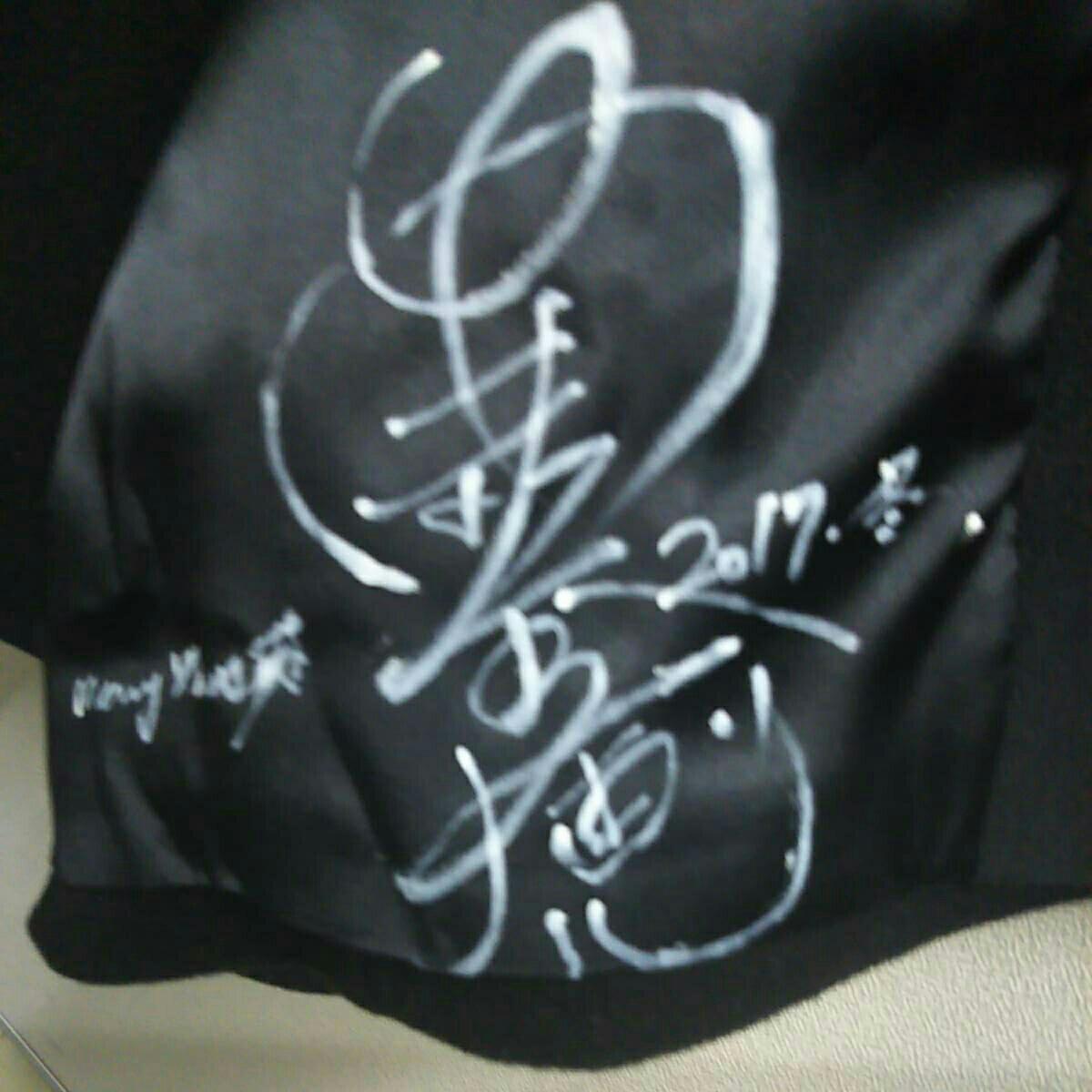 安室奈美恵さん直筆サイン入り、オーダーメイドのロングコートです。