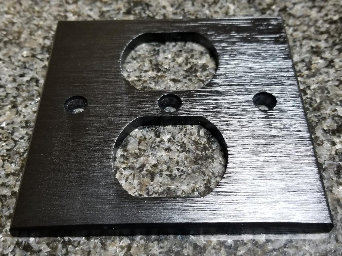 ブラック コンセントプレート コンセントカバー アルミ削り出し 5mm厚 ハイエンド仕様 B級品 自作電源ケーブル
