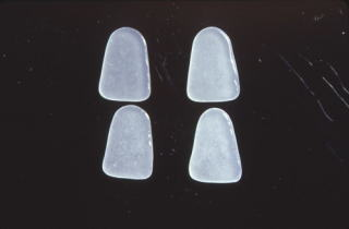 歯科技工 陶材築盛駅 ミサキカラー・カラレス 250ml 透明 ポーセレン ジルコニア トラブル回避 粘性アップの効果 盛りやすい_左 透明が強くなります。