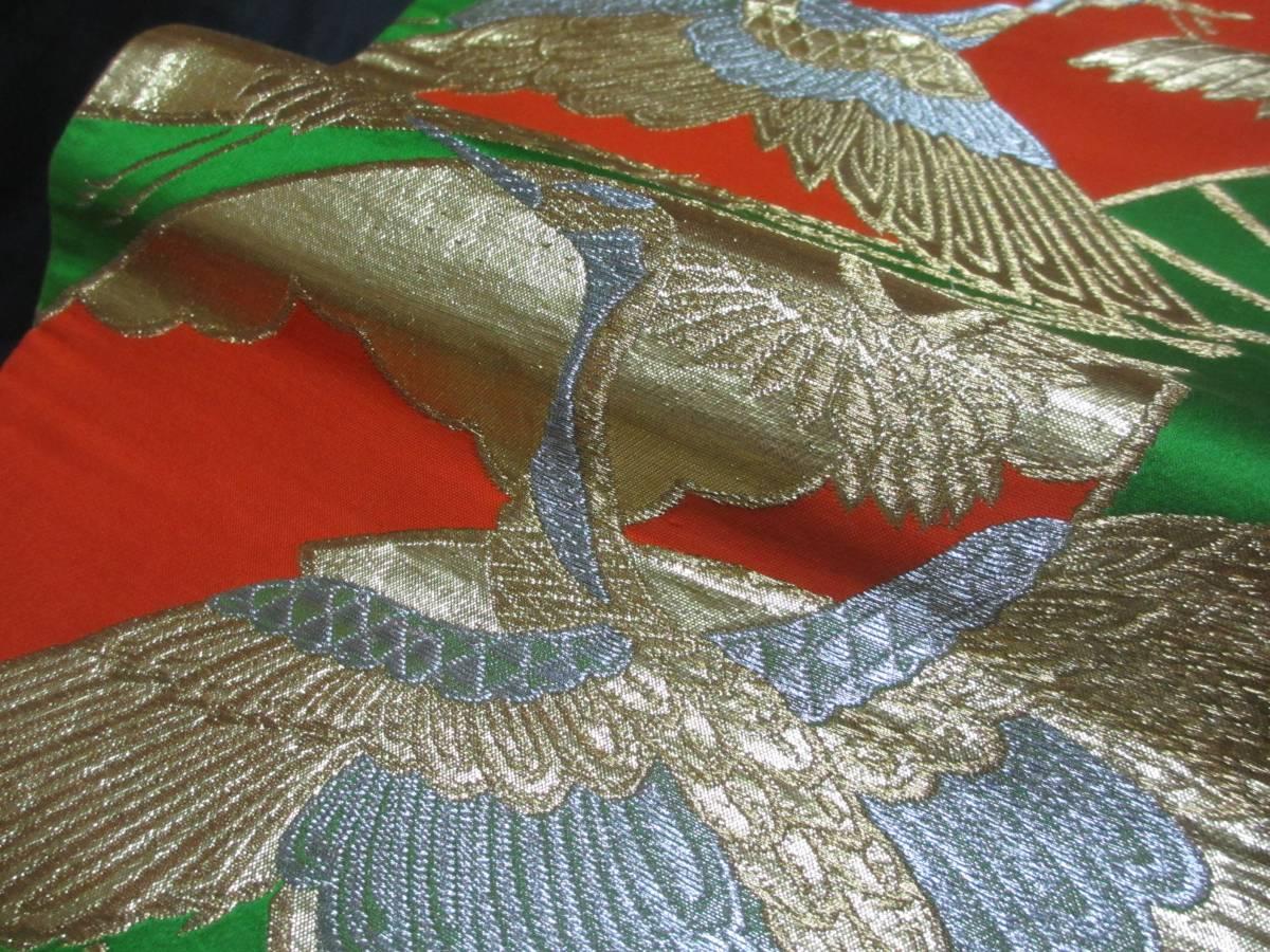 金糸織に羽ばたく鶴と扇文様