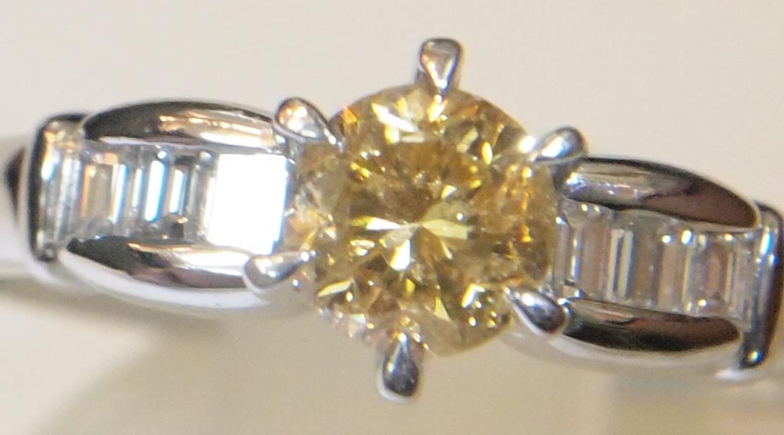 新品 鑑定書付き プラチナ900製 0.505ct ファンシー イエロー ウィッシュ オレンジ 天然ダイヤ リング/両側角ダイヤ0.17/Pt/黄色/定番_内包物有りますが輝きは良いと思います。