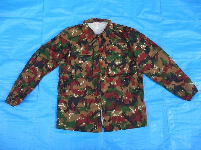 スイス軍M83アルペンカモ(迷彩)フィールドジャケット,1984-85年新品,size52(L寸),(19-7-9-1)_前面、腰の両側にベルト用ループ有り