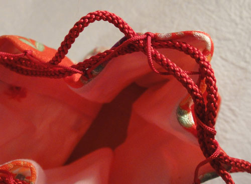 ie_199 和服 着物 和装バッグ きんちゃく袋 巾着 古布 時代物 着物地 手作り ハンドメイド 新品 未使用 花 オレンジ 朱色_画像3