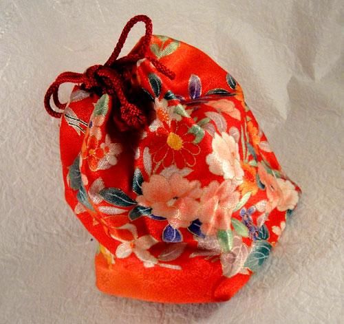 ie_199 和服 着物 和装バッグ きんちゃく袋 巾着 古布 時代物 着物地 手作り ハンドメイド 新品 未使用 花 オレンジ 朱色_画像1