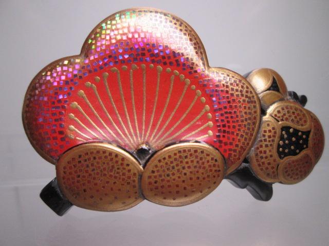 ☆武山作 本鼈甲螺鈿細工金蒔絵の梅の花の帯留め_画像1