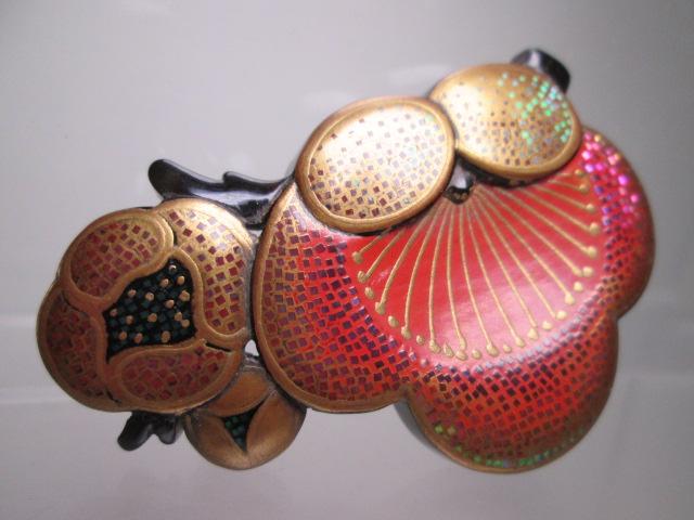 ☆武山作 本鼈甲螺鈿細工金蒔絵の梅の花の帯留め_画像2