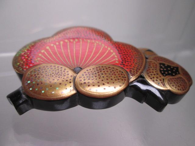 ☆武山作 本鼈甲螺鈿細工金蒔絵の梅の花の帯留め_画像5