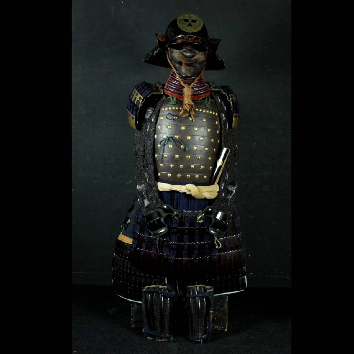 ◆櫟◆ 本時代 鉄地 九枚笹家紋 鎧兜 六十間筋兜 面皰 鎧櫃 武具甲冑 [V175.6]Ujk7