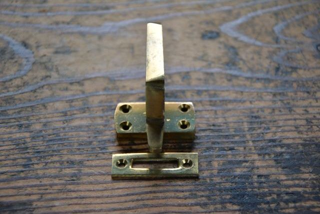 NO.7046 古い真鍮鋳物のモノラッチ 43mm 検索用語→A外100gアンティークビンテージ古道具真鍮金物パンケース窓締鍵錠_画像3