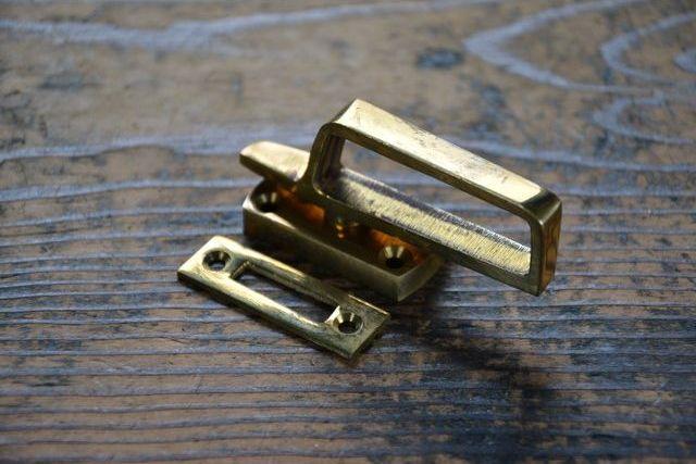 NO.7046 古い真鍮鋳物のモノラッチ 43mm 検索用語→A外100gアンティークビンテージ古道具真鍮金物パンケース窓締鍵錠_画像4