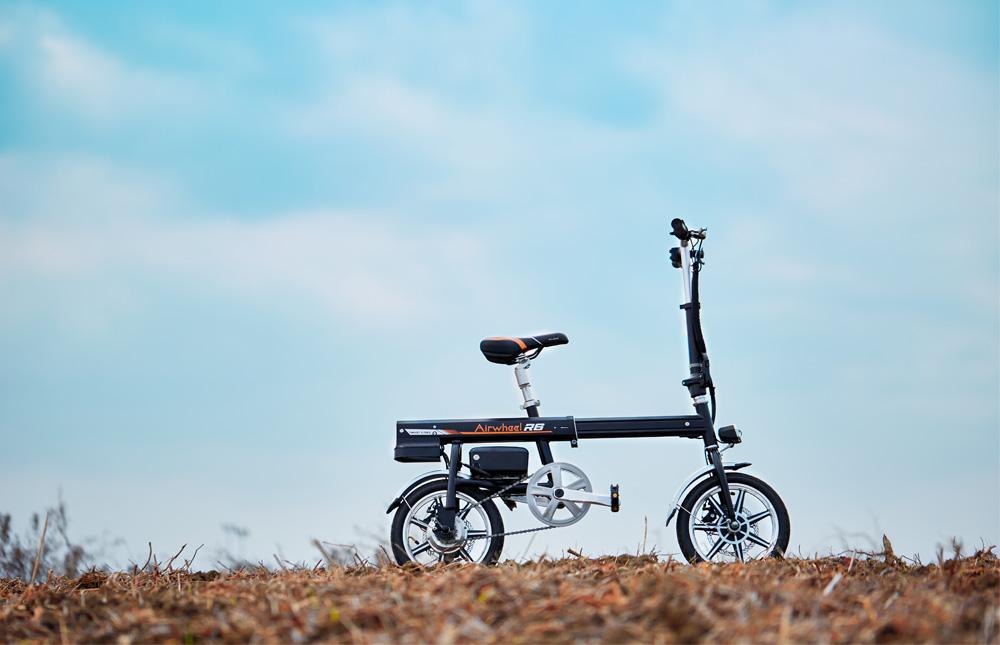 「超小型 ボタン1つで自動伸縮 フル電動自転車 Airwheel R6 smart E-bike スマートイーバイク」の画像1