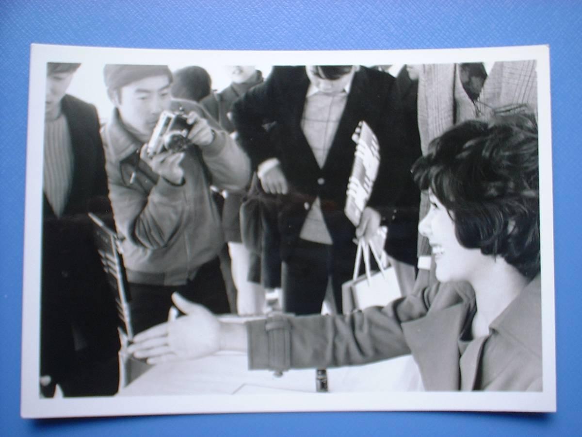 天地真理 白黒写真 1枚 1972.12.21 新宿京王デパート