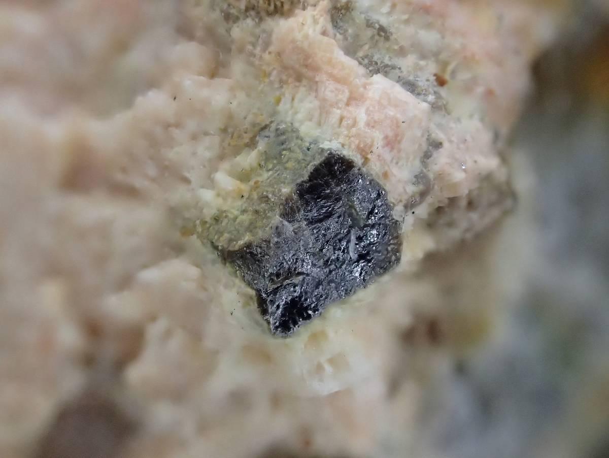 国産鉱物標本☆フェルグソン石☆香川県広島産