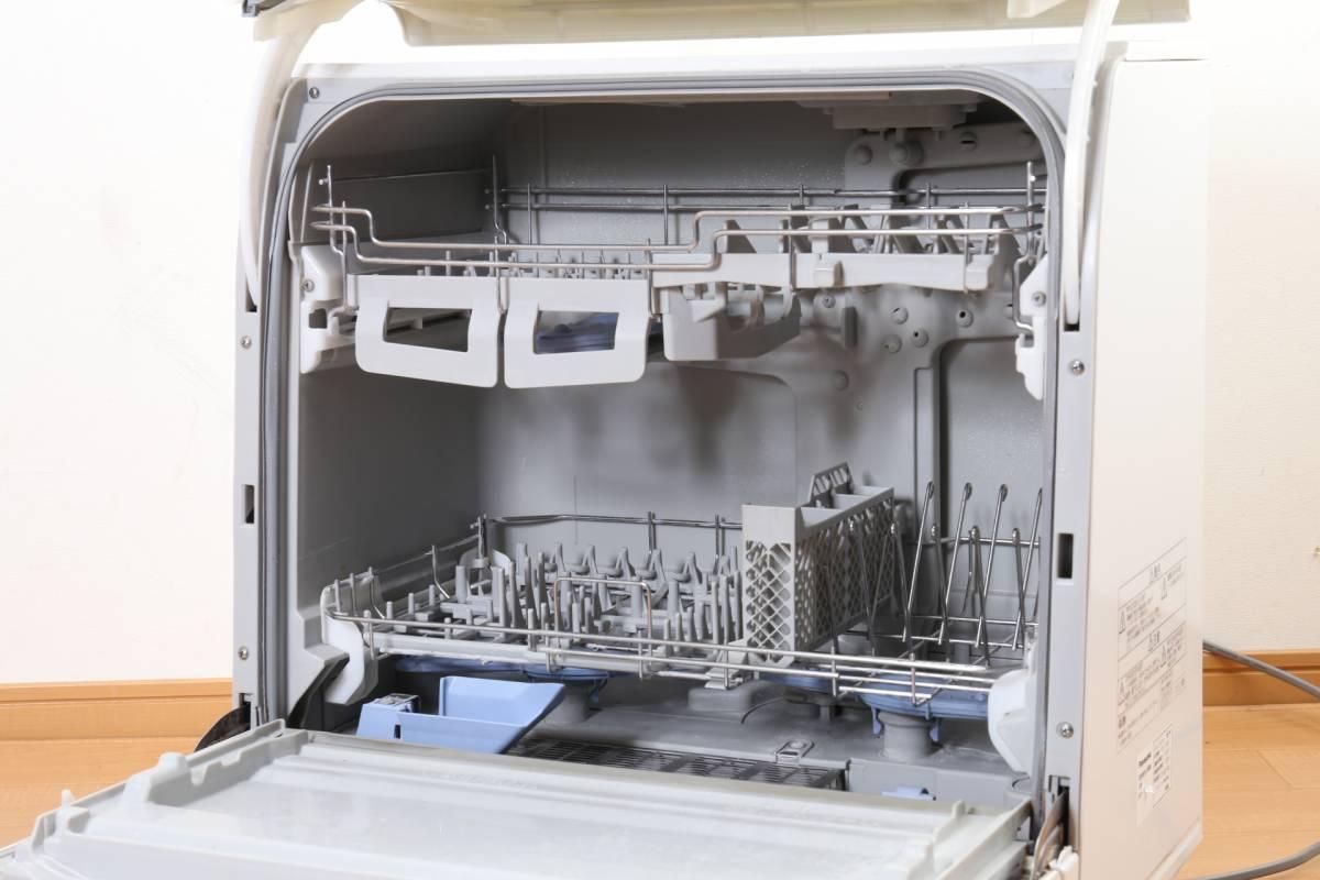 ★【動作品】 Panasonic エコナビ NP-TR5 食器洗い乾燥機 ホワイト 食洗機 排水・給水ホース付 パナソニック (C-859)_画像3