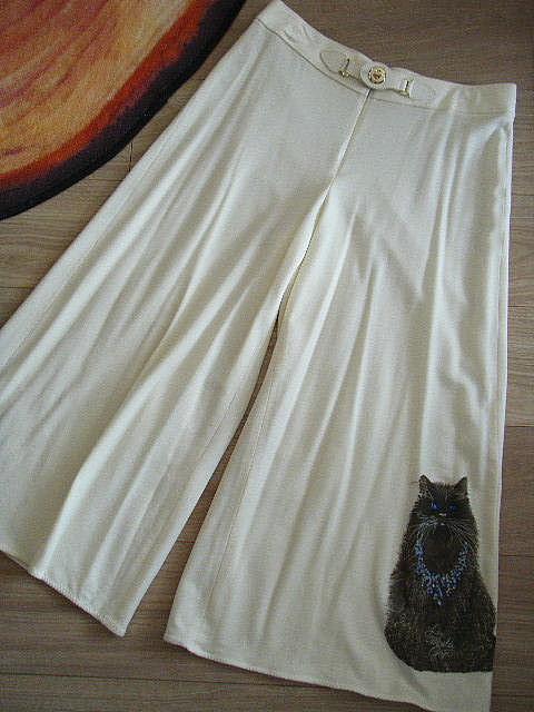 伊太利屋!ラインストーンネックレスを付けた可愛いネコ絵柄入りガウチョパンツ(オフホワイト)