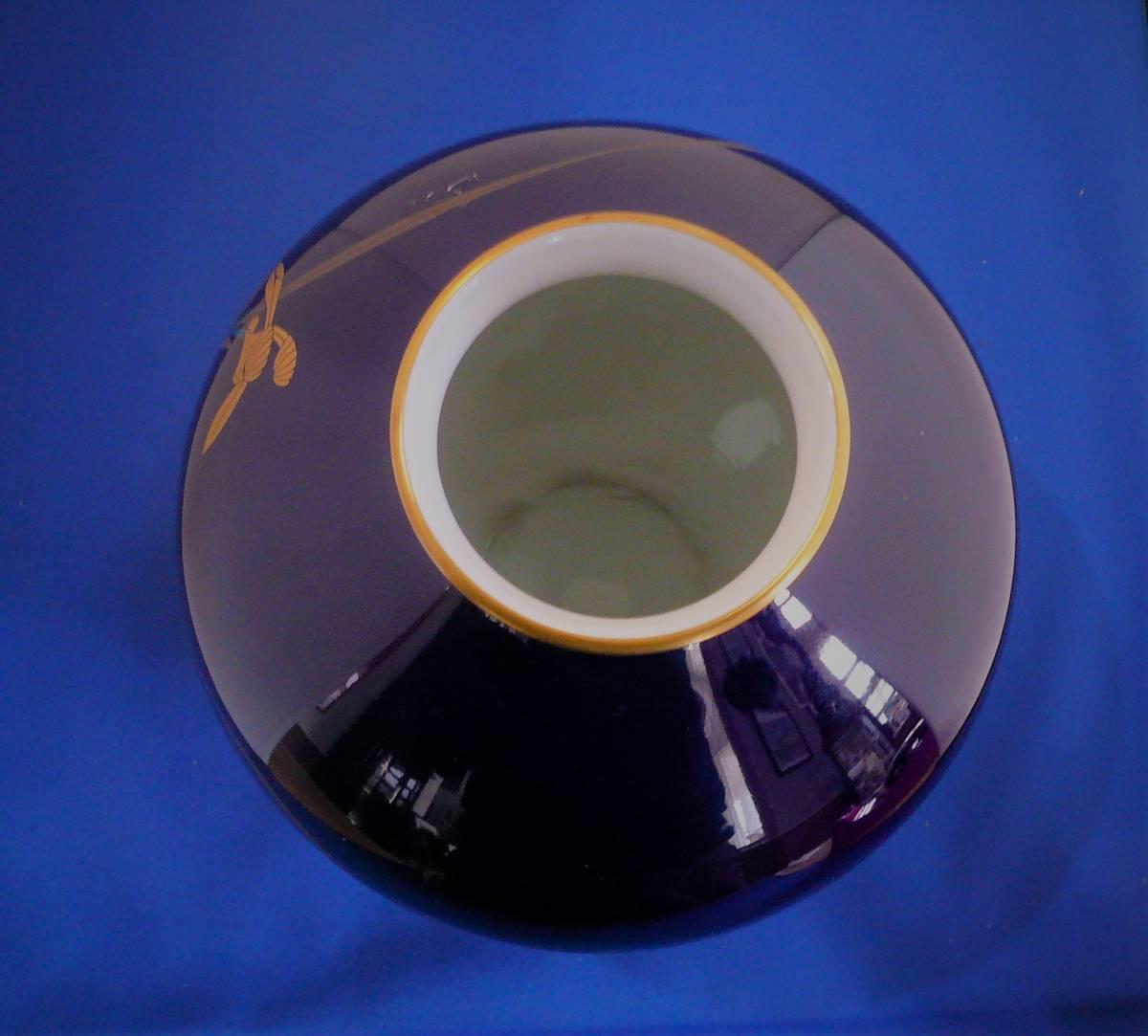 美術品47)香蘭社の瑠璃花瓶木箱入り アヤメの絵柄  高さ18.5㎝ 胴径17㎝ 底7㎝ 大幅改正値下スタート _画像5