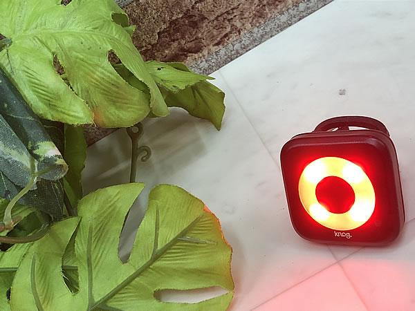 ● 1円スタート 売切り!! ● 美品!! knog ノグ 赤色 LEDテールライト シリコンバンド式 USB充電 送料510円 同梱発送承り中!!_画像2