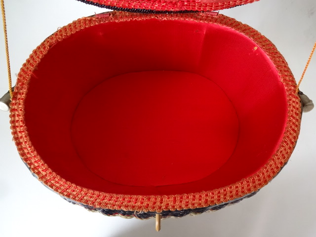 A / 脚付き 裁縫箱 ソーイングボックス / 刺繍入り 裁縫籠 / 中古品_画像6