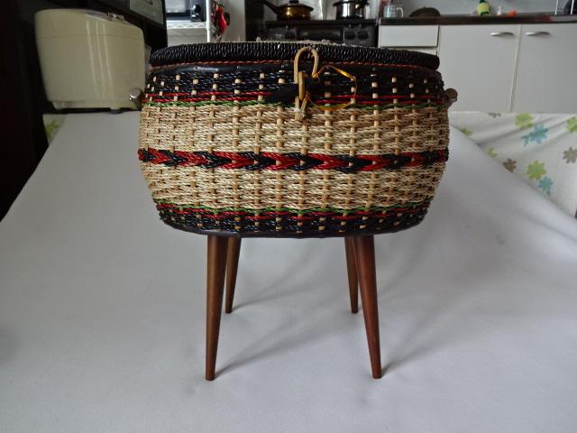 A / 脚付き 裁縫箱 ソーイングボックス / 刺繍入り 裁縫籠 / 中古品_画像2