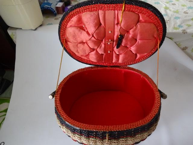 A / 脚付き 裁縫箱 ソーイングボックス / 刺繍入り 裁縫籠 / 中古品_画像4