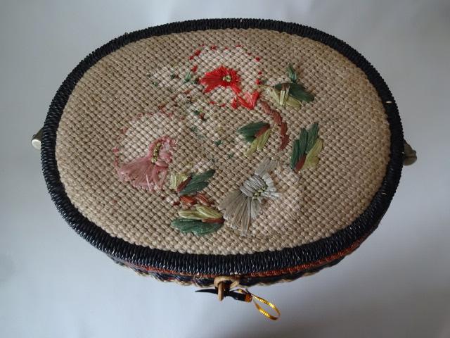 A / 脚付き 裁縫箱 ソーイングボックス / 刺繍入り 裁縫籠 / 中古品_画像3