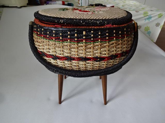 A / 脚付き 裁縫箱 ソーイングボックス / 刺繍入り 裁縫籠 / 中古品_画像8