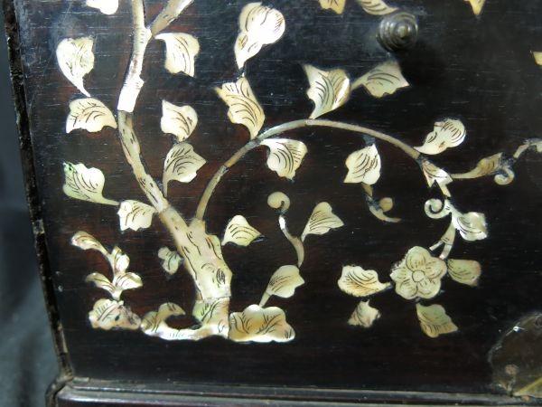 A 螺鈿化粧箱 明~清時代 名品 木工 中国 古玩 老木 老銅 螺鈿 漆工 鏡 化粧道具_画像9