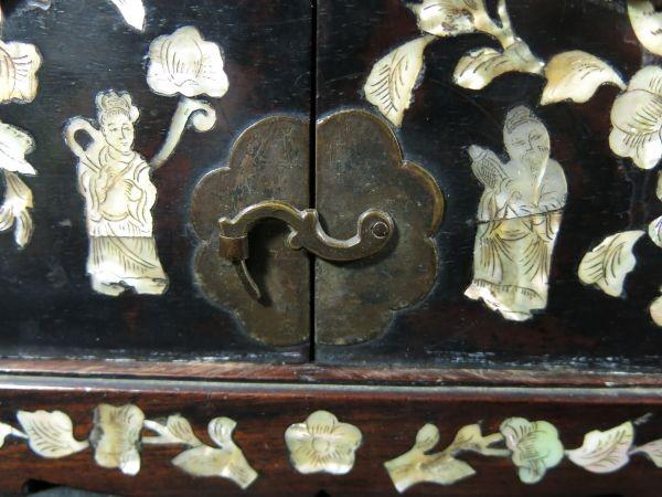 A 螺鈿化粧箱 明~清時代 名品 木工 中国 古玩 老木 老銅 螺鈿 漆工 鏡 化粧道具_画像3