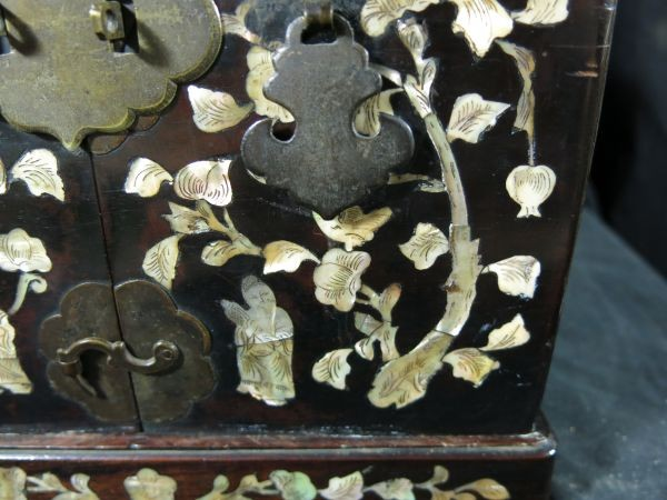 A 螺鈿化粧箱 明~清時代 名品 木工 中国 古玩 老木 老銅 螺鈿 漆工 鏡 化粧道具_画像2
