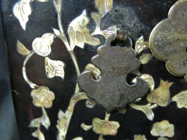 A 螺鈿化粧箱 明~清時代 名品 木工 中国 古玩 老木 老銅 螺鈿 漆工 鏡 化粧道具_画像4
