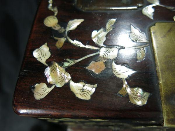 A 螺鈿化粧箱 明~清時代 名品 木工 中国 古玩 老木 老銅 螺鈿 漆工 鏡 化粧道具_画像6