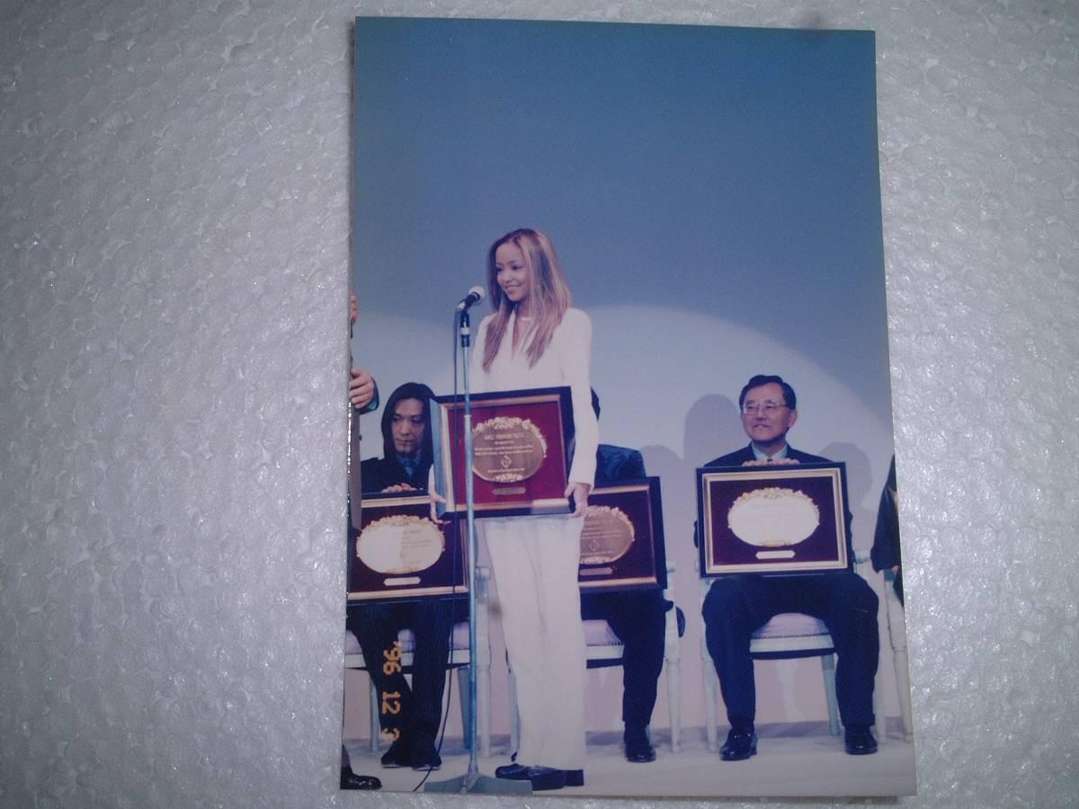 珍品 安室 奈美恵さんの1996年のベストドレッサー賞表彰式の写真(小室哲哉・宮内義彦氏同席)