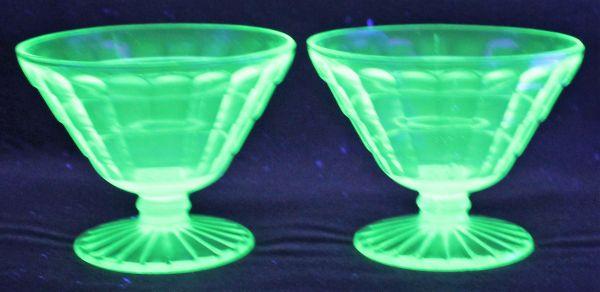 B-326 ウランガラス シャーベットグラス 氷皿 プレスガラス アイスクリーム鉢 高さ7.4センチ 2客 蔵出 古玩_画像1