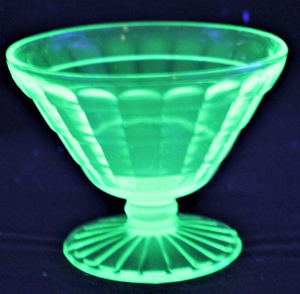 B-326 ウランガラス シャーベットグラス 氷皿 プレスガラス アイスクリーム鉢 高さ7.4センチ 2客 蔵出 古玩_画像4