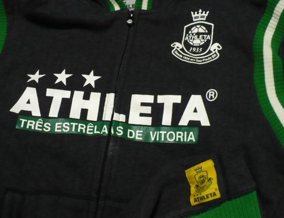 (ATHLETA)アスレタフルジップパーカー(ジャケット)L 黒×緑_胸周辺部分と腰裾メーカーロゴ生地縫付部分