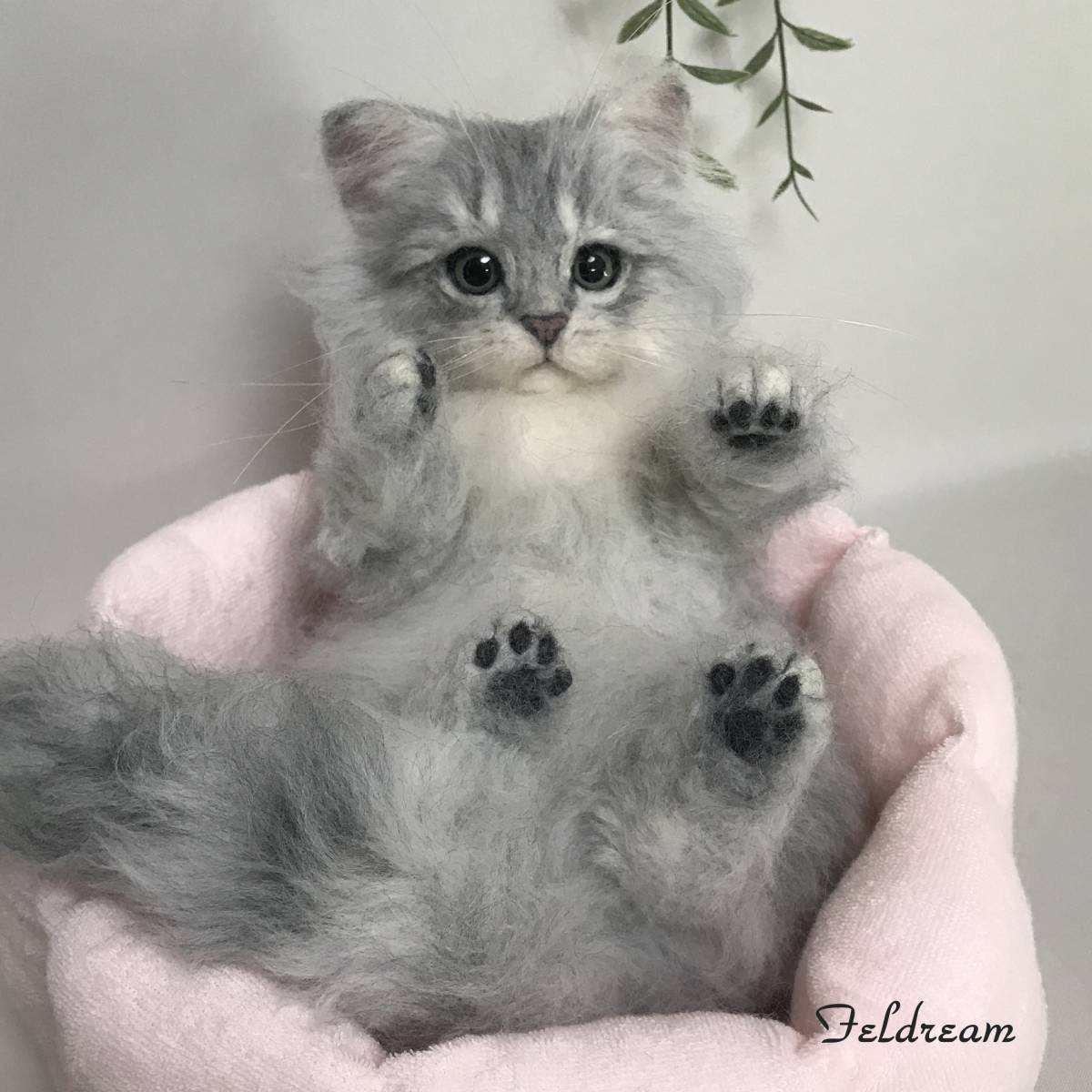 Feldream◆羊毛フェルト猫 寝転ぶチンチラシルバー子猫ちゃん ベッド付き ≪実物大≫  ペルシャ ハンドメイド