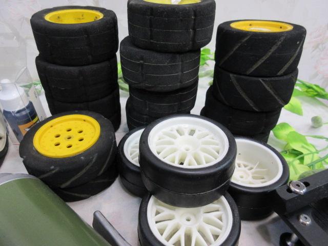 USED&ジャンク品【み516・14】 大量!! ラジコン部品 オイル・タイヤ・部品など30点まとめて フェラーリ&プロポセット付_画像6