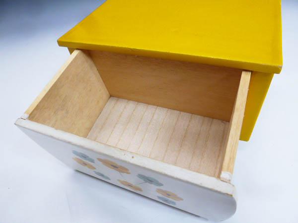 ◆昭和レトロポップ 木製 木枠 黄色と白 お花模様 引き出し収納 小物入れ 元々はミニ鏡台 鏡無し 雑貨の飾り台 飾り棚 化粧道具 小物収納に_画像9