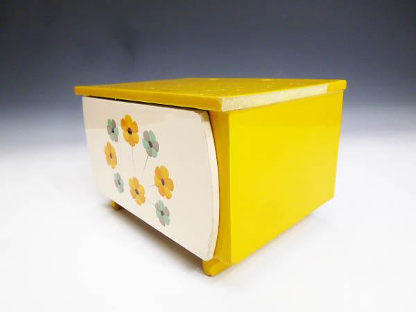 ◆昭和レトロポップ 木製 木枠 黄色と白 お花模様 引き出し収納 小物入れ 元々はミニ鏡台 鏡無し 雑貨の飾り台 飾り棚 化粧道具 小物収納に_画像3