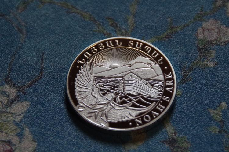 ノアの箱舟 聖書物語 アルメニア アララト山 オリーブの枝を咥えた鳩 獅子と鷲 シルバー  コイン メダル_画像2
