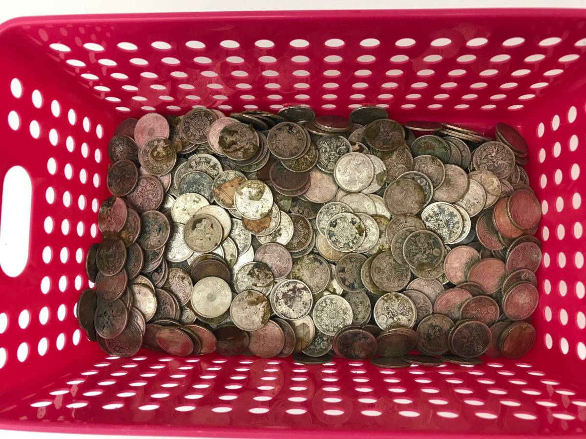 (4454) ☆蔵出し☆ 古銭 貨幣 小型50銭銀貨 真正品 ※状態悪いです 年代無選別 まとめ 2.5kg以上 ※説明と画像を確認ください