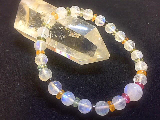 宝石質最高級 レインボームーンストーン&トルマリンボタンのブレスレッド デザインブレスレット 天然石 パワーストーン 女性のお守り_透明感が綺麗な可愛いトルマリンボタンで