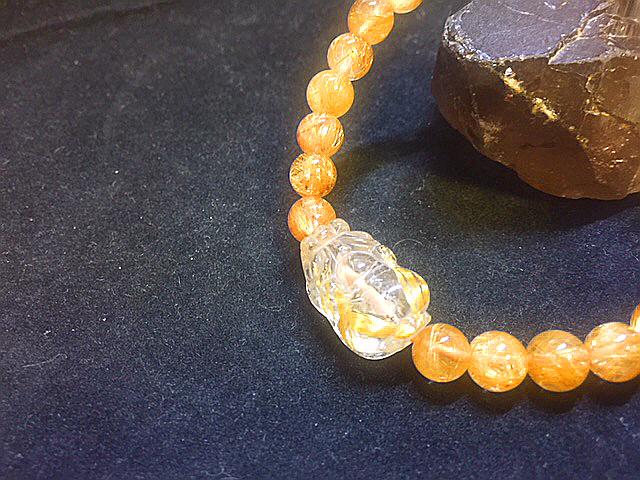 天然石最高級品質【黄金タイチンルチルクォーツ】ブレスレット 金針入り貔貅のお守つき 7㎜ パワーストーン 一点もの入手困難_金針入り貔貅は最高の金運upさらにルチル