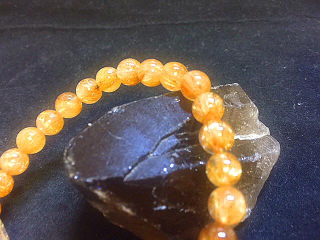 天然石最高級品質【黄金タイチンルチルクォーツ】ブレスレット 金針入り貔貅のお守つき 7㎜ パワーストーン 一点もの入手困難_細いですが、最高級品質のキラキラのお品物
