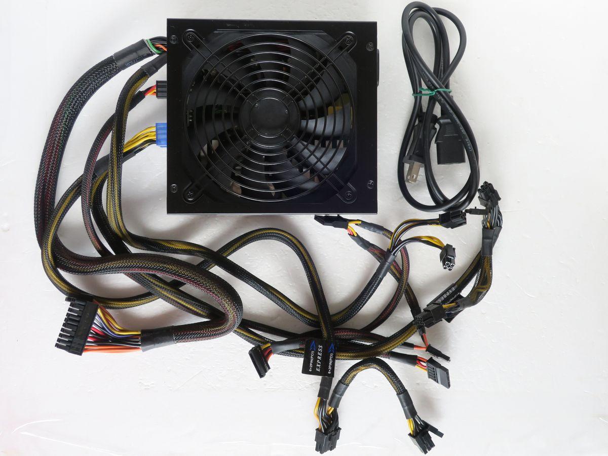 玄人志向 KRPW-PT800W/92+ REV2.0(最大850W/80PLUS PLATINUM)_角度を変えて。上側から撮影。