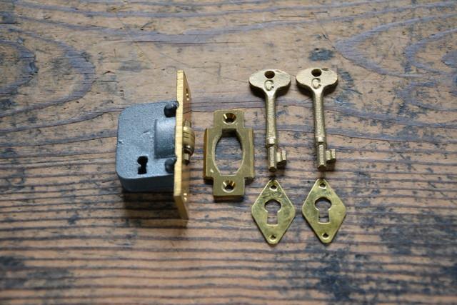 NO.9126 古い真鍮鋳物の車付本締錠 65mm 検索用語→A100gアンティークビンテージ古道具真鍮金物鍵引き戸扉ドア_画像1