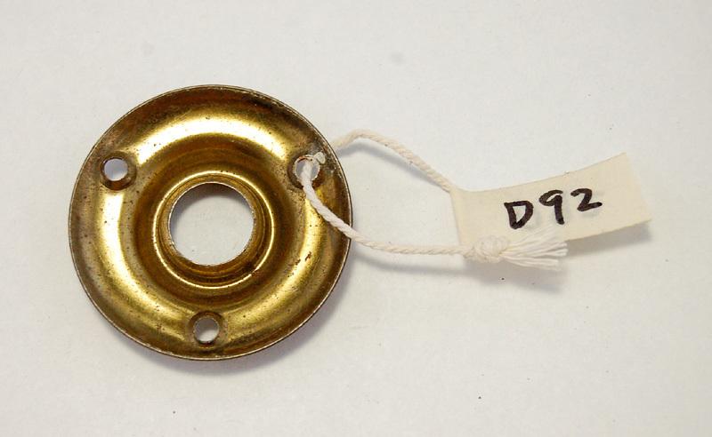 D92 古いドアノブの台座 丸い金具部品 1枚 アンティーク/ビンテージ/ヴィンテージ レトロな建具パーツ バックプレート_画像2