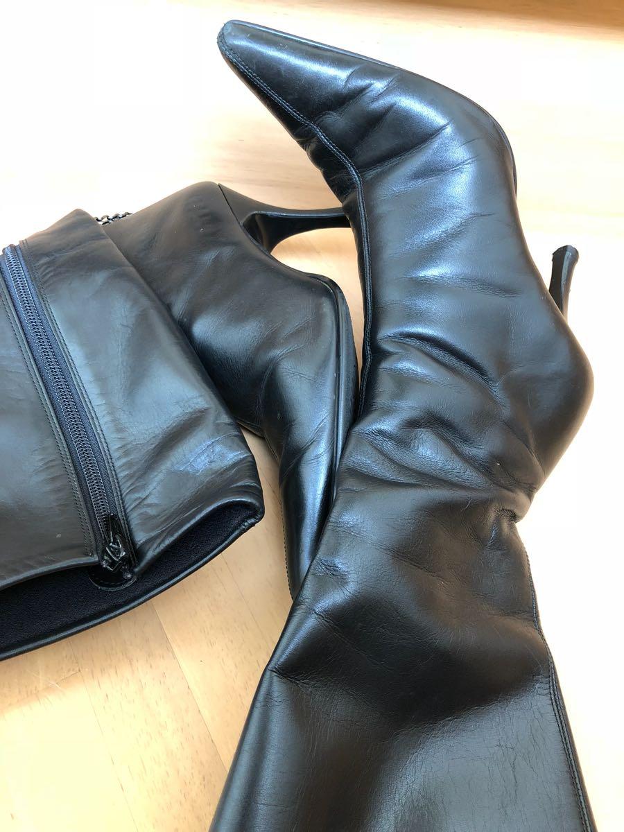 142★★《珍しいロングブーツ》左足にチェーンの黒光りピンヒールブーツ ☆ つま先とんがり女王様ブーツ ☆ ポインテッドトゥ ハイヒール_画像1