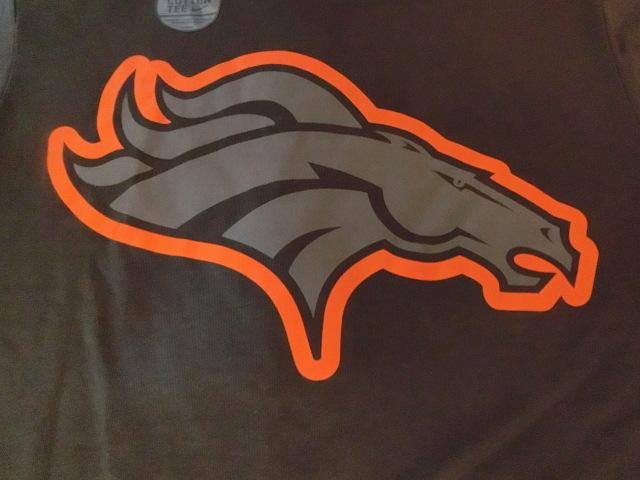 USA購入 ナイキ【Nike】機能素材【DRI FIT】NFL デンバー ブロンコス【Denver Broncos】ロゴプリントTシャツ US Sサイズ 濃灰_画像3