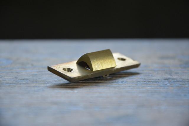 NO.7143 古い真鍮鋳物の三角締 60mm 検索用語→A50gアンティークビンテージ古道具真鍮金物鍵錠ドアノブ扉_画像2